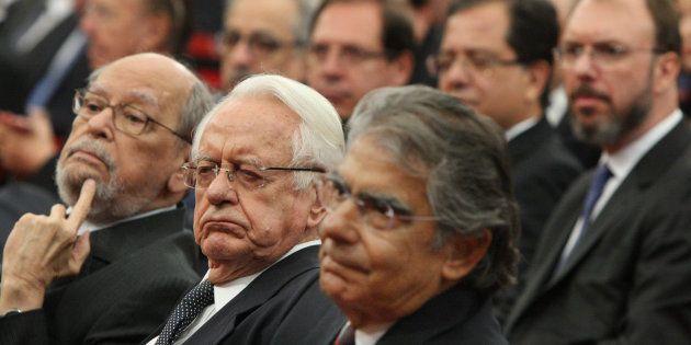 Advogado de Lula, Sepúlveda Pertence [à esquerda] mostra habilidades políticas na posse de Luiz Fux como...