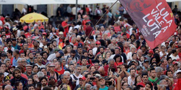 Apoiadores do ex-presidente Lula em manifestação em Porto Alegre (RS), antes de o petista ser condenado...