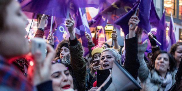 Mulheres ao redor do mundo tomam as ruas em manifestações na greve