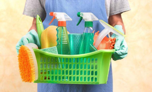 O guia para você deixar de lado os produtos de limpeza poluentes e adotar versões