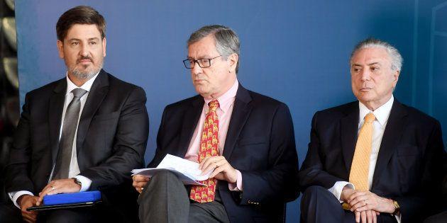 Diretor-geral da Polícia Federal, Fernando Segóvia (E) foi dispensado do cargo após Raul Jungmann assumir...