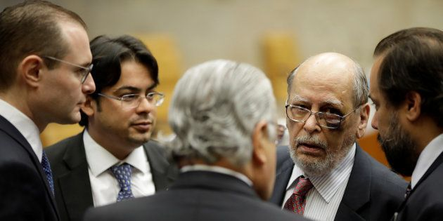 Advogados de Lula, Cristiano Zanin (E) e Sepulveda Pertence (2º a direita), defendem que ex-presidente...