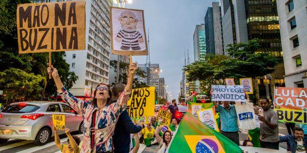Manifestantes em São Paulo pressionam pela prisão do ex-presidente Luiz Inácio Lula da Silva no dia em...