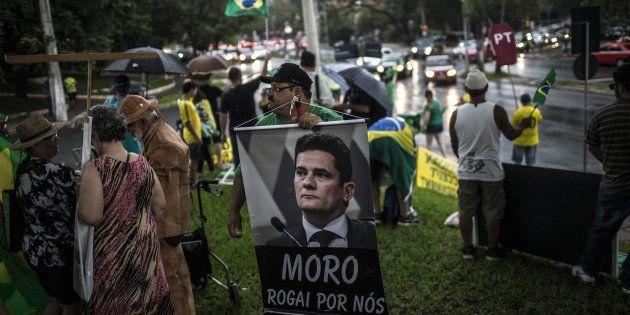 Manifestantes pressionam juiz Sérgio Moro, responsável por expedir eventual mandado de prisão de