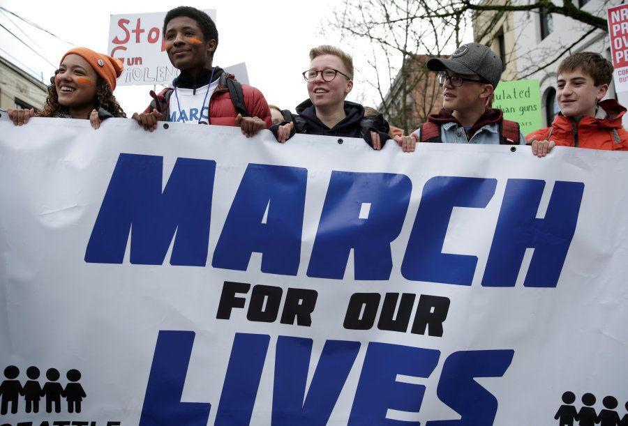 Estudantes carregam faixa durante a Marcha pelas nossas Vidas pedindo controle na venda de armas de fogo...