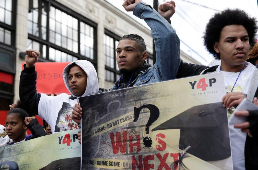 Gregory Pleasant, de 17 anos, e Elijah Lewis, 18, também protestaram e pediram maior controle na venda...