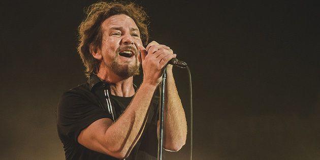 Eddie Vedder deu show não apenas nos vocais, mas ao discursar a favor da igualdade de direitos entre...