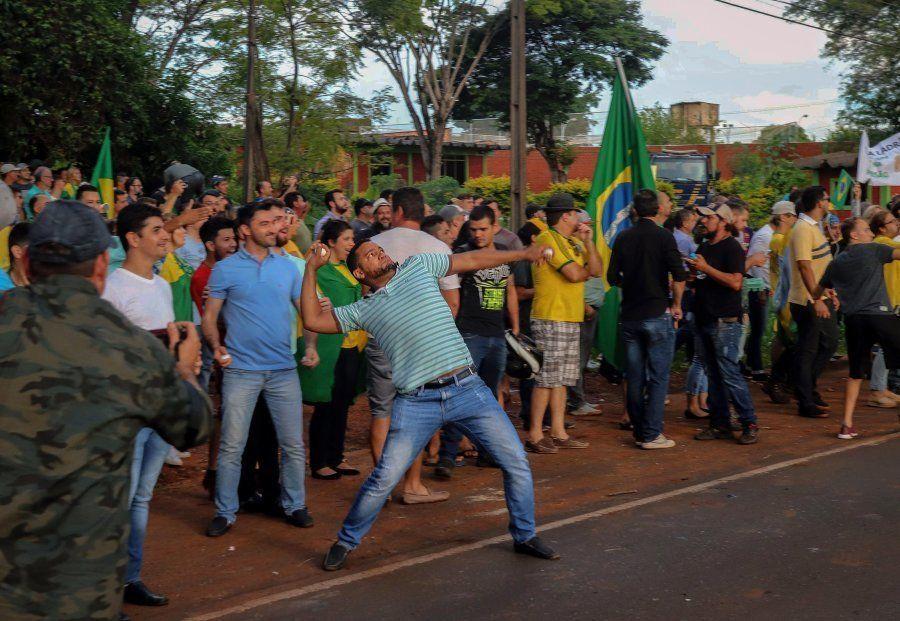 Opositor a Lula joga pedra em ato do ex-presiente em Foz do Iguaçu, no Paraná, na última segunda-feira...