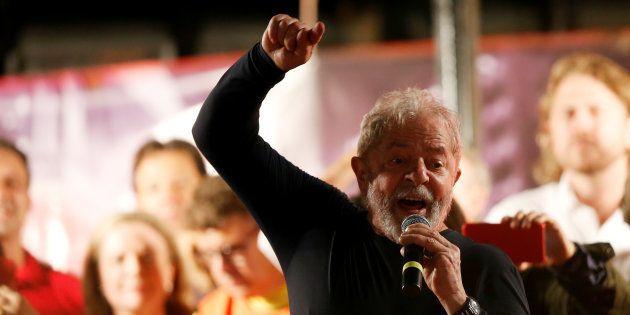 """Caravana de Lula pelo Sul do País foi repleta de manifestações. Entre os petistas, os gritos eram: """"Lula,..."""
