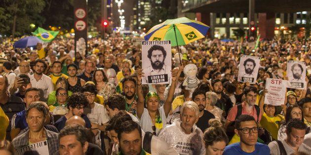Às vésperas do julgamento do habeas corpus de Lula no STF, manifestantes foram às ruas a favor da prisão...