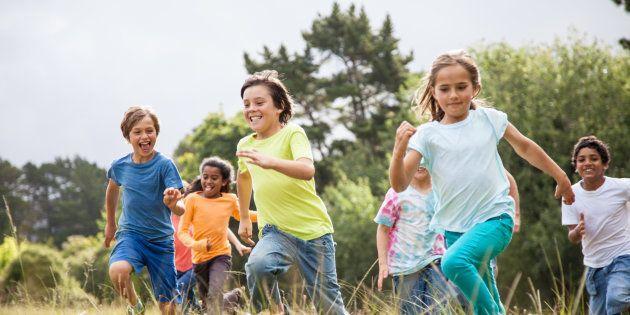 Quanto maior o tempo que você dedica aos seus amigos na infância, mais chances você terá de se tornar...