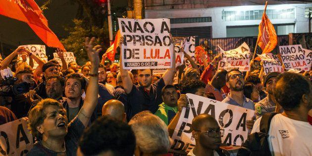 Militantes fazem vigília no sindicato dos metalúrgicos, no ABC Paulista, após juiz Sérgio Moro decretar...