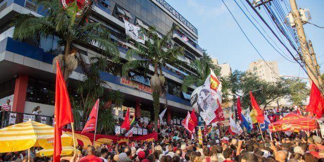 O burburinho era grande. Manifestantes pró Lula estavam