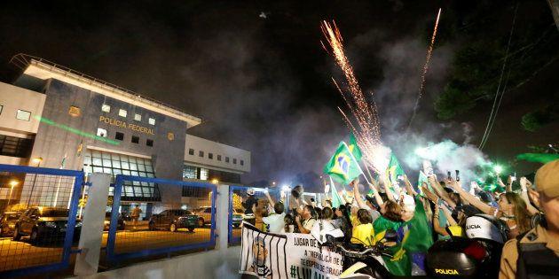 Após confusão na chegada a Curitiba, com adultos e crianças feridas, Lula passou primeira noite na prisão...