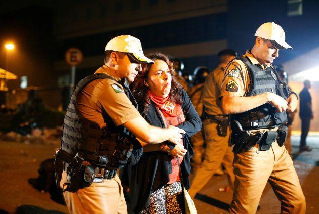 Policiais ajudam manifestante a favor de Lula após confusão na porta da sede da PF em