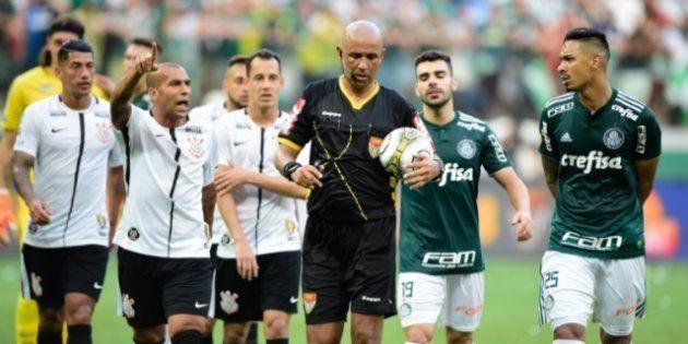 Árbitro é cercado por jogadores de Palmeiras e Corinthians após marcar pênalti e voltar atrás. Com uso...