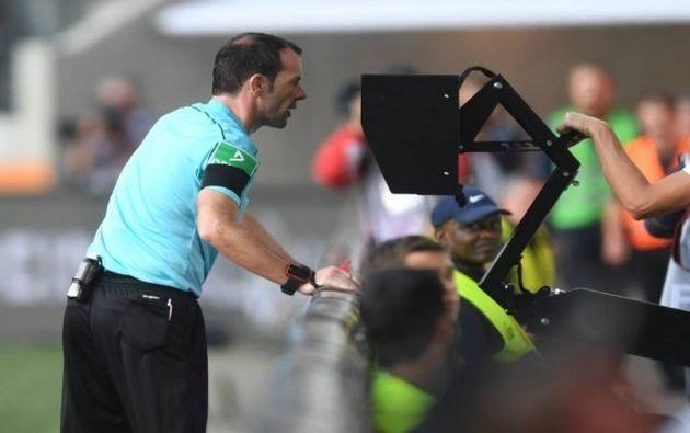 Árbitro de vídeo em ação em jogo válido pelo Campeonato Espanhol. Menos polêmicas em