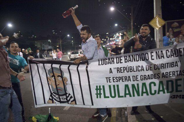 Manifestantes comemoram a prisão do ex-presidente em