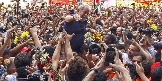 Líder nas pesquisas de intenção de votos, Lula foi ovacionado por militantes antes de se entregar à Polícia