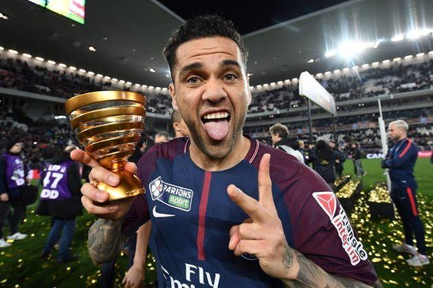 Daniel Alves vive excelente fase no PSG, coleciona títulos e é favorito para ser capitão do