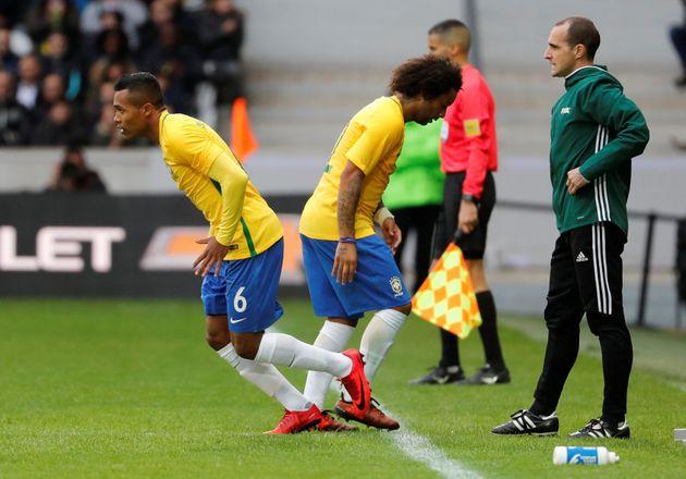 Alex Sandro substituiu Marcelo em amistoso contra o Japão. Lateral da Juve é favorito para ser o reserva...