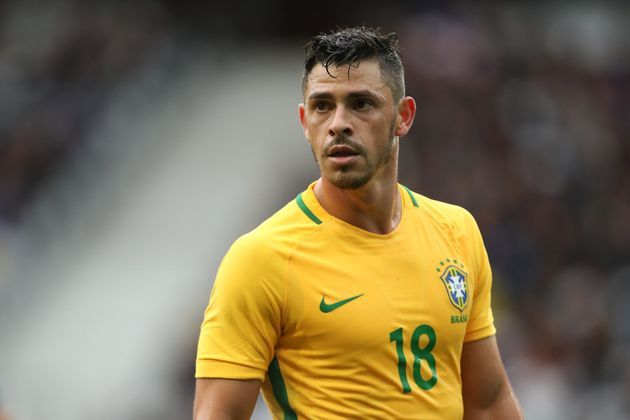 Giuliano conta com a confiança de Tite e é um dos favoritos para ficar com vaga no meio-campo. Hernanes,...