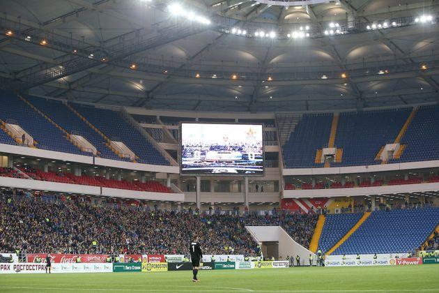 Espaços vazios durante o jogo foram propositais, já que carga de ingressos foi reduzida no primeiro teste...
