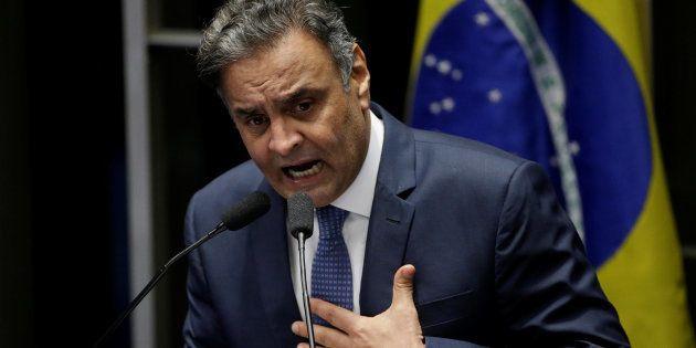 Senador Aécio Neves se defende na tribuna do Senado após voltar ao mandato mais de um mês depois de ter...