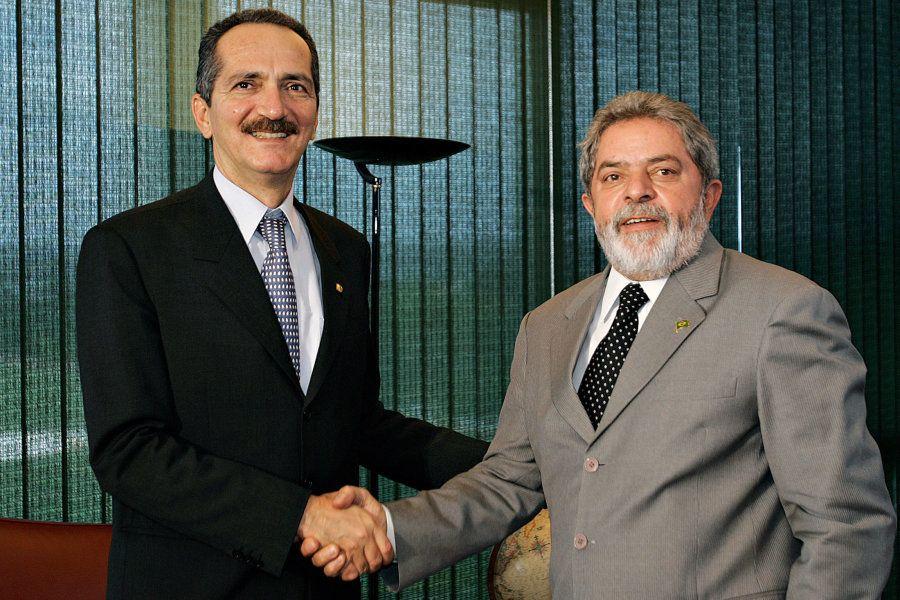 Em 2005, Alo Rebelo, então presidente da Câmara dos Deputados, e Lula, presidente da República na