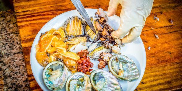 Alimentos crus e frescos, como verduras, peixes crus, ostras e frutos do mar, têm mais chances de contaminação.