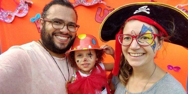 O casal, que é surdo, começou a pensar em como poderiam ajudar no desenvolvimento da criança e incentivar...