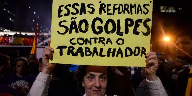 Manifestantes protestam contra reforam trabalhista e previdenciária. Medida provísoria que regulava CLT...
