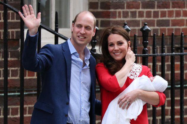 Duque e Duquesa de Cambridge recebem as felicitações dos fãs após nascimento do 3º bebê