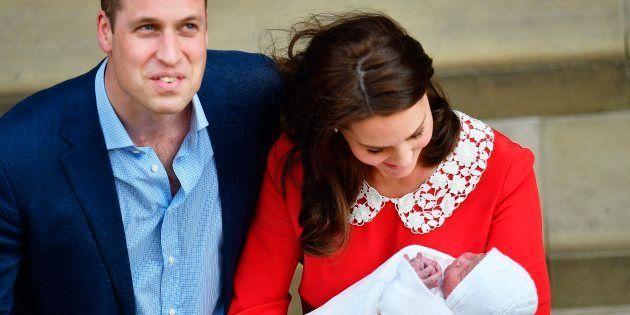Kate deixa a maternidade em Londres ao lado do marido, William, e do 3º