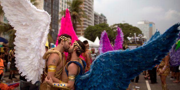 Dois rapazes se beijam na Parada LGBT do Rio de Janeiro, realizada em novembro de