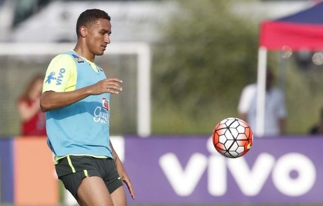 Danilo, do Manchester City-ING, terá que suar para ganhar disputa com Fagner para a lateral