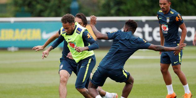 Neymar e Fred treinam para Copa do Mundo na