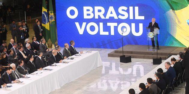 Depois da repercussão negativa, o slogan do governo mudou de 'O Brasil voltou, 20 anos em 2' para 'Maio/2016...