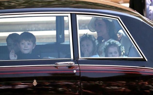 No cortejo com pajens e daminhas, George e Charlotte roubam a cena no Casamento