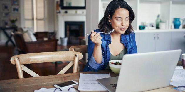 Trabalhar em casa tem suas vantagens, mas ficar longe da estrutura e do convívio social de um escritório pode ser prejudicial