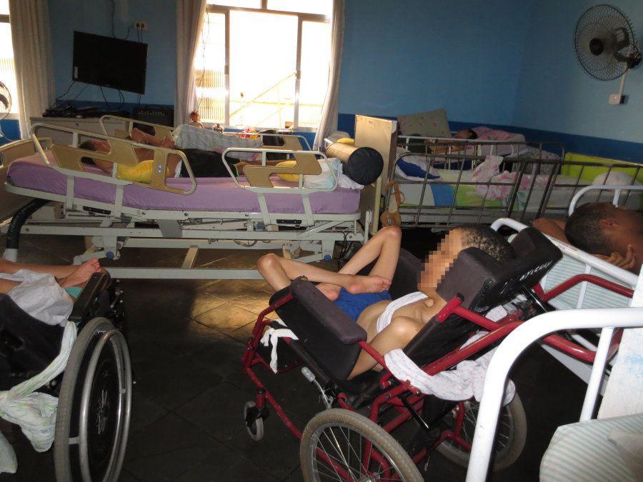 Em 86 páginas, a Human Rights Watch detalha a vida de isolamento das pessoas com deficiência no