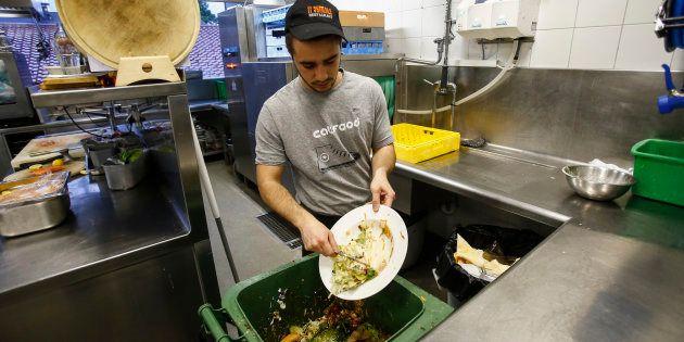 Desperdício de comida é comum em restaurantes no