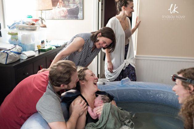30 fotos sinceras e emocionantes de mães ajudando suas filhas a dar à