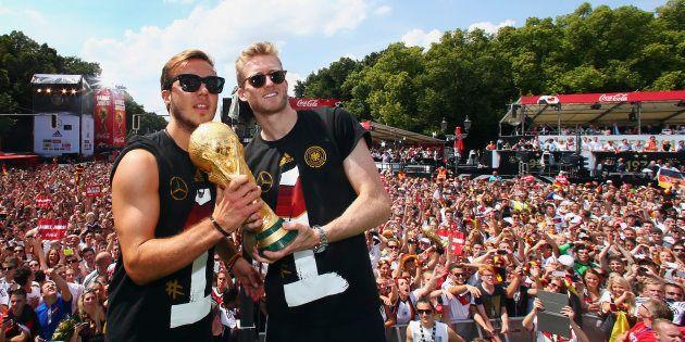 Jogadores da Alemanha, Mario Goetze e Andre Schuerrle posam com troféu da Copa em