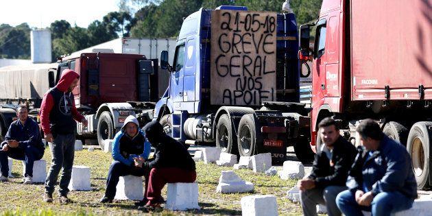 Apesar da negociação com o governo, diversos caminhoneiros continuam bloqueando