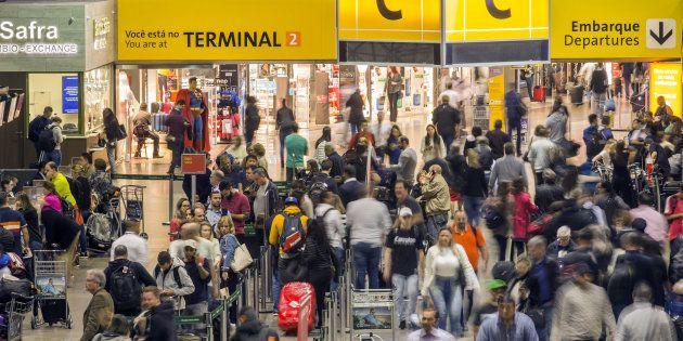 Companhias aéreas vão remarcar voos gratuitamente para clientes atingidos pela falta de combustível nos