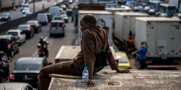 Caminhoneiros bloqueiam rodoviam em Duque de Caxias (RJ) e greve atinge pelo menos 11