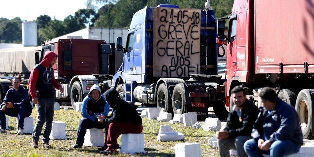 Após acordo com o governo federal, caminhoneiros seguem bloqueando rodovias e presidente Michel Temer...