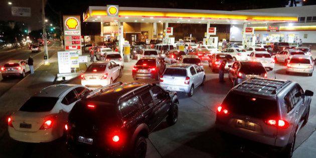 Greve dos caminhoneiros provoca desabastecimento de combustível e longas filas nos