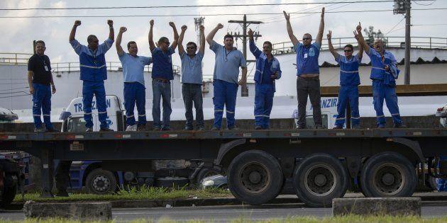 Com a rigidez do governo contra a greve, a expectativa é que os caminhoneiros comecem a se desmobilizar...